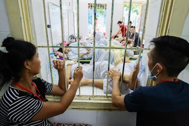 Bệnh nhân sốt xuất huyết nằm la liệt ở bệnh viện Bạch Mai - Ảnh 8.