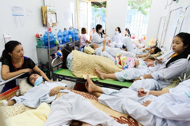 Bệnh nhân sốt xuất huyết nằm la liệt ở bệnh viện Bạch Mai - Ảnh 9.