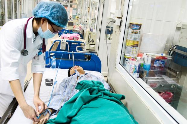 Bệnh nhân sốt xuất huyết nằm la liệt ở bệnh viện Bạch Mai - Ảnh 11.