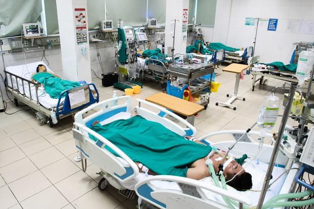 Bệnh nhân sốt xuất huyết nằm la liệt ở bệnh viện Bạch Mai - Ảnh 12.