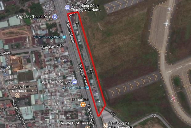 Hàng chục gian hàng gần sân bay Tân Sơn Nhất ồ ạt thanh lý chó, gà, cây cảnh, giao thông Sài Gòn hỗn loạn - Ảnh 1.