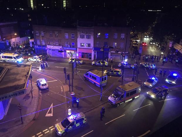 Xe tải đâm trực diện vào khách bộ hành tại London, ít nhất 10 người bị thương - Ảnh 1.