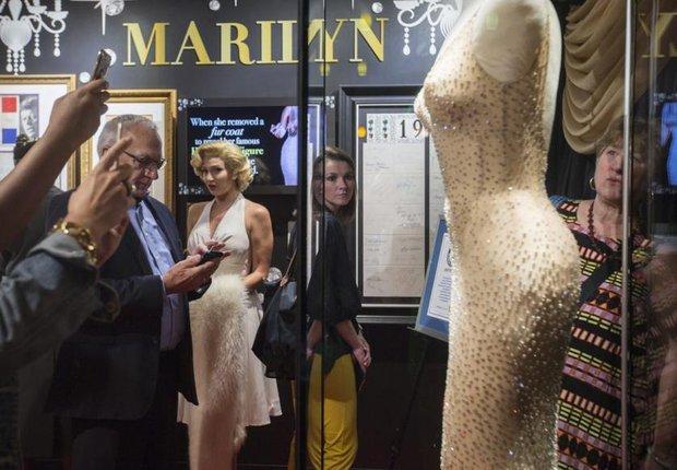 Không biết mặc xong chiếc váy minh tinh giá 109 tỷ đồng thì người có sang hơn không nhỉ? - Ảnh 5.
