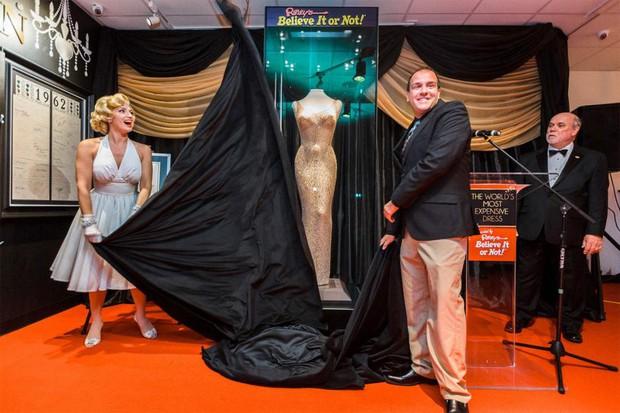 Không biết mặc xong chiếc váy minh tinh giá 109 tỷ đồng thì người có sang hơn không nhỉ? - Ảnh 1.