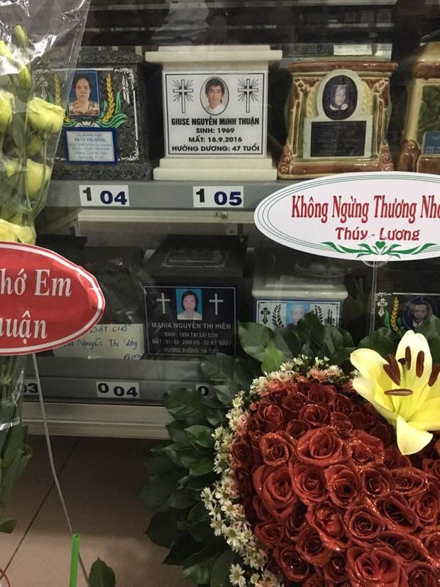Giáp ngày giỗ đầu, bạn bè và các nghệ sĩ đến viếng mộ phần của Minh Thuận - Ảnh 2.