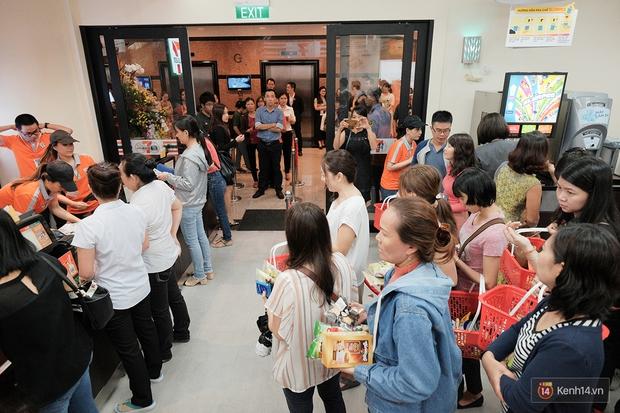 Khách xếp hàng dài vào mua sắm ở 7-Eleven Sài Gòn trong ngày đầu tiên mở cửa - Ảnh 8.