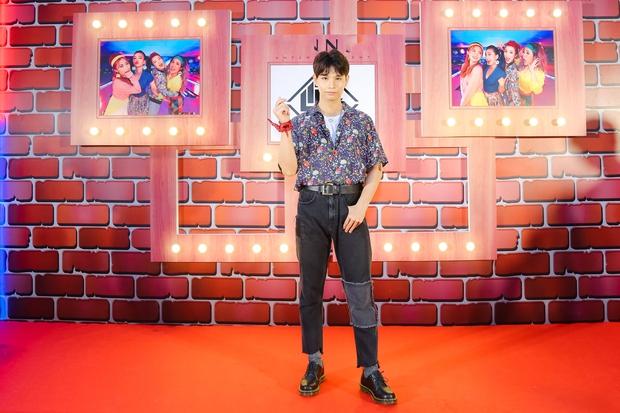 Kẹt show diễn, Đông Nhi tranh thủ đến chúc mừng gà cưng Lip B ra mắt MV mới - Ảnh 11.