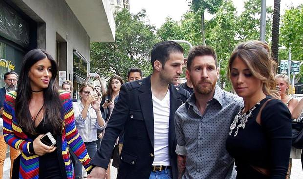 Messi sơ mi đóng thùng đến khai trương shop giày của Antonella và vợ Suarez - Ảnh 6.