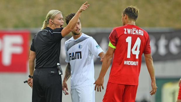 Người phụ nữ đầu tiên làm trọng tài chính ở Bundesliga - Ảnh 1.
