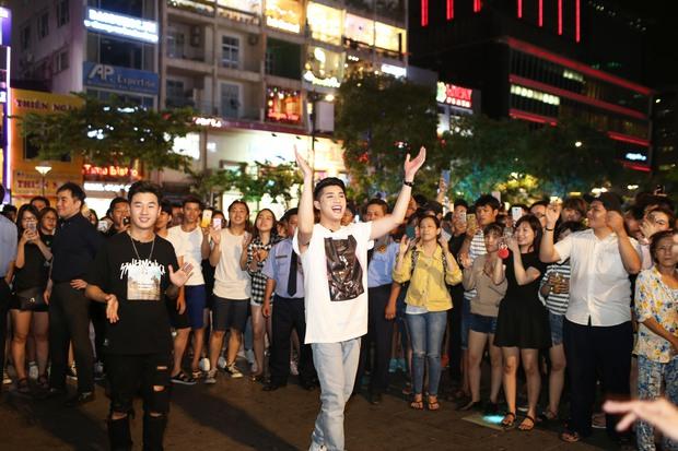 Noo Phước Thịnh cùng rapper Basick làm náo loạn phố đi bộ về đêm - Ảnh 7.
