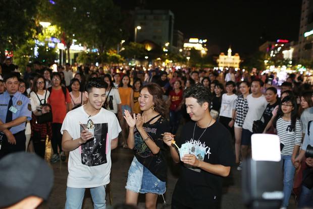Noo Phước Thịnh cùng rapper Basick làm náo loạn phố đi bộ về đêm - Ảnh 3.