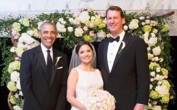 Vừa chia tay xong tối hôm trước, sáng hôm sau Tổng thống Obama đã đi làm phù rể đám cưới - Ảnh 1.