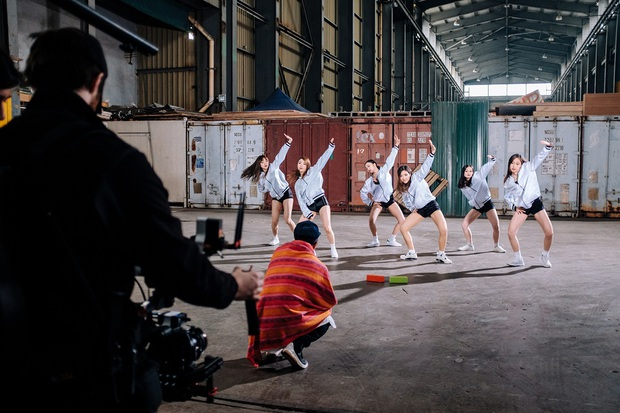 PB Nation hoá thân thành Joker quậy phá trong MV thực hiện tại Hong Kong - Ảnh 6.