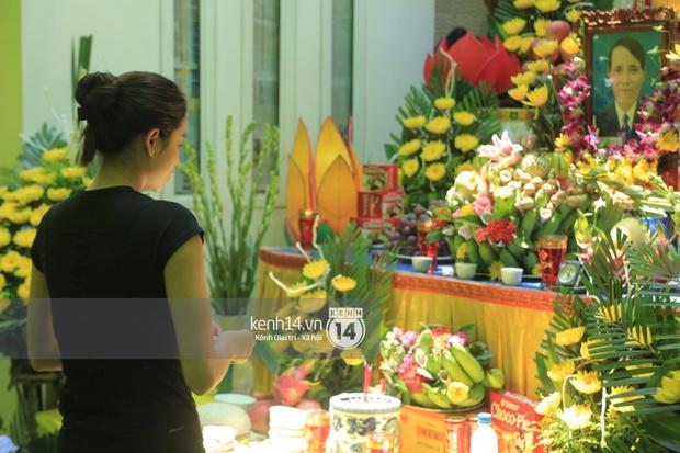 Hoa hậu Phạm Hương tiều tuỵ trông thấy khi lo hậu sự cho bố - Ảnh 2.