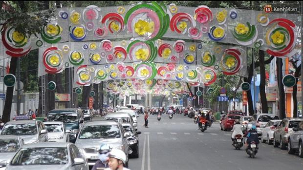 Đèn trang trí Tết trên đường Phạm Ngọc Thạch được chỉnh sửa sau khi người dân chê xấu - Ảnh 1.