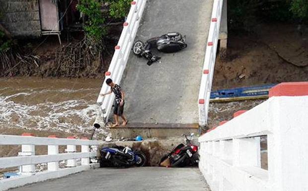 Vụ sà lan tông sập cầu ở Cà Mau: 6 người bị thương, đưa gấp 2 cháu bé lên Sài Gòn cấp cứu - Ảnh 1.