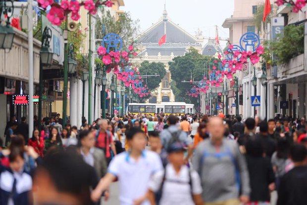 Nắng đẹp sau nhiều ngày mưa phùn, người dân Thủ đô ùn ùn kéo nhau lên phố đi bộ - Ảnh 8.