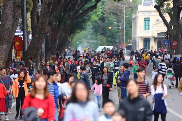 Nắng đẹp sau nhiều ngày mưa phùn, người dân Thủ đô ùn ùn kéo nhau lên phố đi bộ - Ảnh 10.