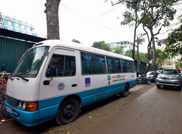 Xuất hiện quán ăn phục vụ ngay trên ô tô 29 chỗ sau chiến dịch đòi lại vỉa hè ở Hà Nội - Ảnh 3.