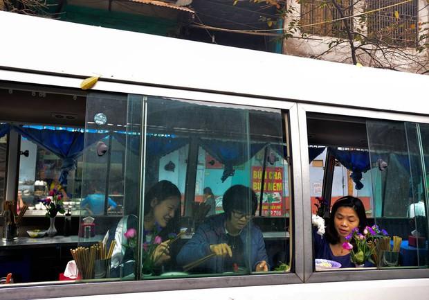 Xuất hiện quán ăn phục vụ ngay trên ô tô 29 chỗ sau chiến dịch đòi lại vỉa hè ở Hà Nội - Ảnh 9.
