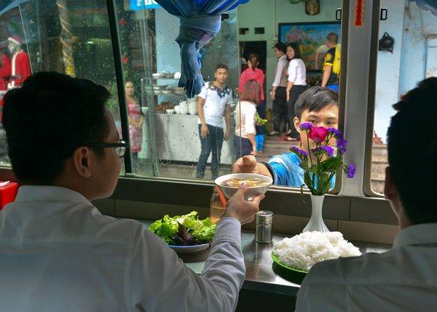 Xuất hiện quán ăn phục vụ ngay trên ô tô 29 chỗ sau chiến dịch đòi lại vỉa hè ở Hà Nội - Ảnh 8.