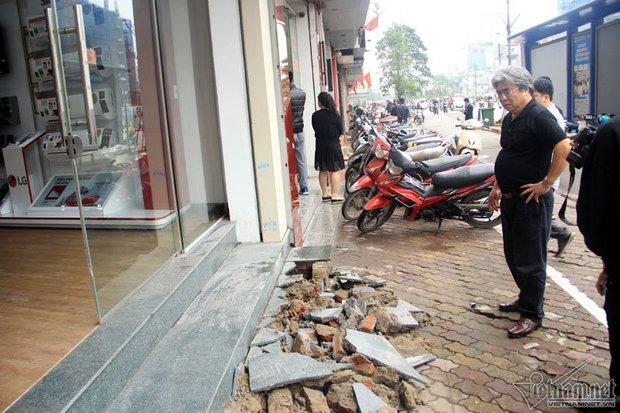 Hà Nội: Bắc ghế, kê bao tải trèo vào nhà - Ảnh 12.