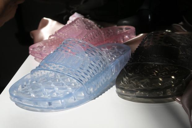 Dép Puma Fenty mẫu mới nhất của Rihanna trông chả khác gì dép nhựa đi trong nhà tắm! - Ảnh 2.