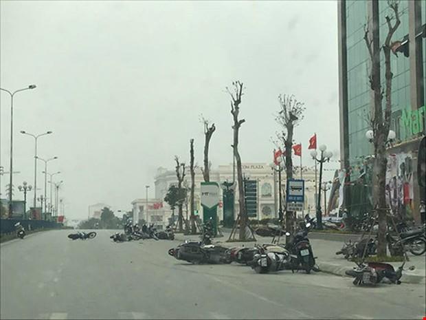 Hàng chục xe máy nằm la liệt trên đường do giông lốc - Ảnh 1.