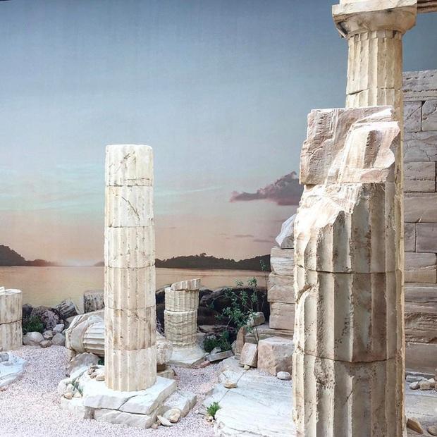 Hết đưa người xem lên vũ trụ, Chanel lại biến runway thành Hy Lạp cổ đại - Ảnh 2.