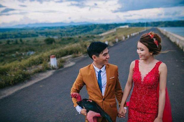 Ảnh cưới của chú rể mê gà chọi, chụp kiểu gì cũng được miễn là phải có gà - Ảnh 4.