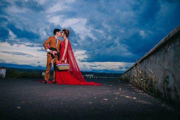 Ảnh cưới của chú rể mê gà chọi, chụp kiểu gì cũng được miễn là phải có gà - Ảnh 6.
