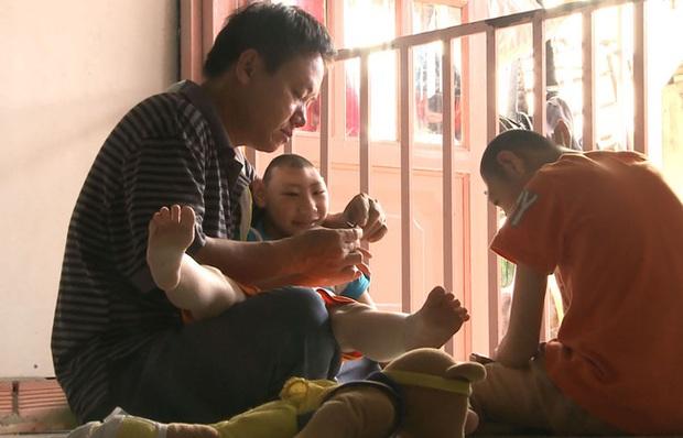 Phía sau câu chuyện Cậu bé xếp giày: Cách mà người làm từ thiện đã cùng chị Linh, bé Đạt vượt qua giai đoạn được săn đón! - Ảnh 1.