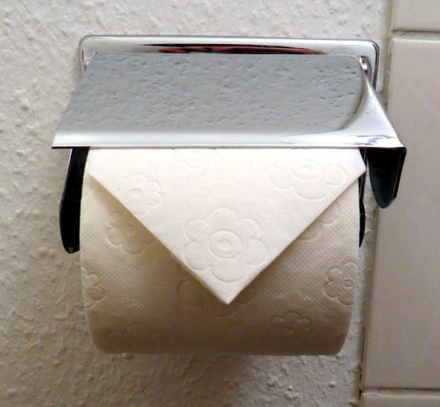 Nhà vệ sinh công cộng bên Nhật thường có cuộn giấy gấp lại như thế này, bạn hiểu ý nghĩa của nó không? - Ảnh 2.