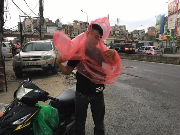 Chùm ảnh: Bão bụi ngập trời ngày Hà Nội đón trận giông đầu tiên sau đợt nóng đỉnh điểm - Ảnh 10.