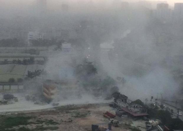 Chùm ảnh: Bão bụi ngập trời ngày Hà Nội đón trận giông đầu tiên sau đợt nóng đỉnh điểm - Ảnh 3.