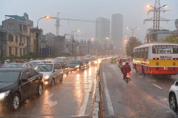 Mưa lớn trút xuống vào giờ tan tầm, ô tô xếp hàng dài trên đường phố Hà Nội - Ảnh 4.