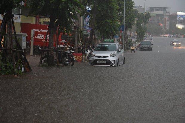 Mưa lớn trút xuống vào giờ tan tầm, ô tô xếp hàng dài trên đường phố Hà Nội - Ảnh 7.