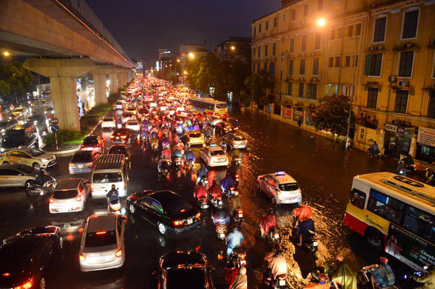 Mưa lớn trút xuống vào giờ tan tầm, ô tô xếp hàng dài trên đường phố Hà Nội - Ảnh 9.