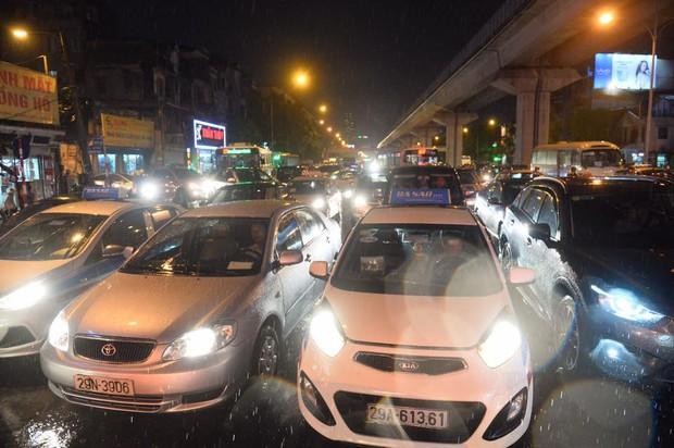 Mưa lớn trút xuống vào giờ tan tầm, ô tô xếp hàng dài trên đường phố Hà Nội - Ảnh 11.