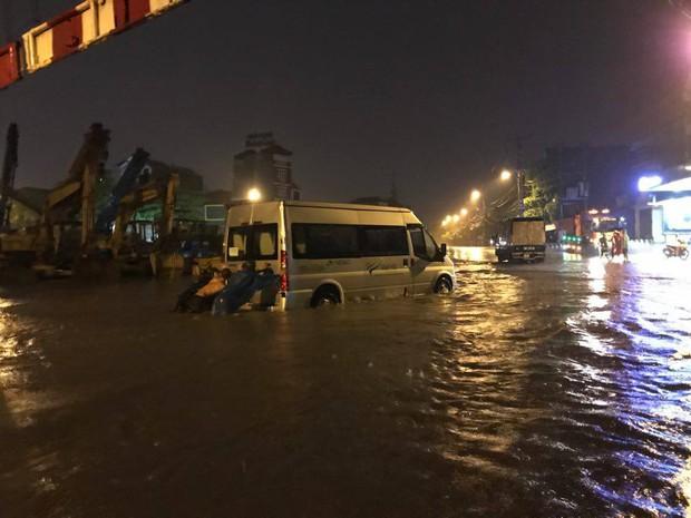Mưa lớn trút xuống vào giờ tan tầm, ô tô xếp hàng dài trên đường phố Hà Nội - Ảnh 14.
