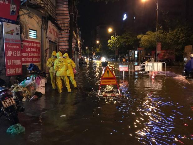 Mưa lớn trút xuống vào giờ tan tầm, ô tô xếp hàng dài trên đường phố Hà Nội - Ảnh 24.