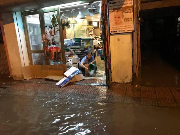 Mưa lớn trút xuống vào giờ tan tầm, ô tô xếp hàng dài trên đường phố Hà Nội - Ảnh 25.