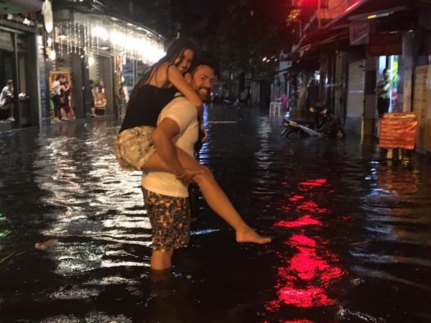 Khách Tây lội nước bì bõm trên phố Tạ Hiện sau trận mưa lớn ở Hà Nội - Ảnh 2.