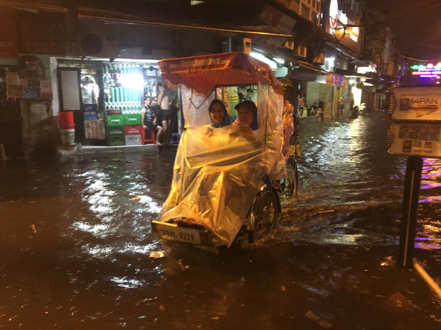 Khách Tây lội nước bì bõm trên phố Tạ Hiện sau trận mưa lớn ở Hà Nội - Ảnh 3.