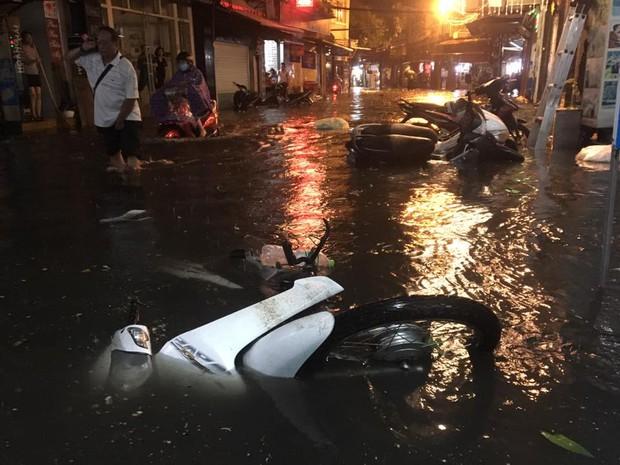 Khách Tây lội nước bì bõm trên phố Tạ Hiện sau trận mưa lớn ở Hà Nội - Ảnh 9.
