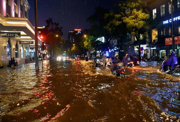 Mưa lớn trút xuống vào giờ tan tầm, ô tô xếp hàng dài trên đường phố Hà Nội - Ảnh 19.