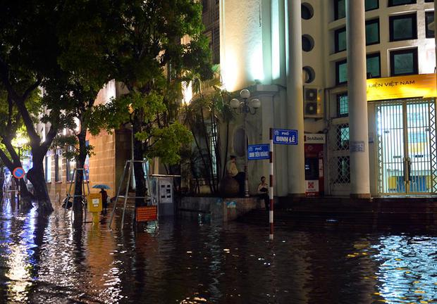Mưa lớn trút xuống vào giờ tan tầm, ô tô xếp hàng dài trên đường phố Hà Nội - Ảnh 21.