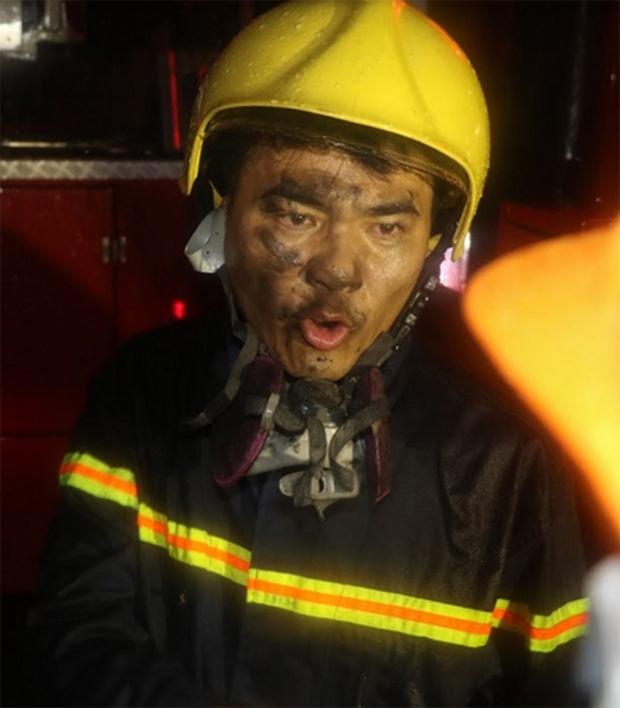 Giải cứu 7 người bị mắc kẹt trên tầng thượng trong cơn bão số 2 - Ảnh 5.