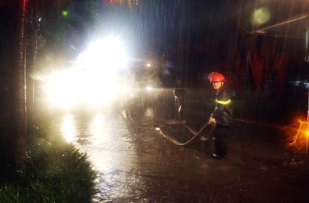 Giải cứu 7 người bị mắc kẹt trên tầng thượng trong cơn bão số 2 - Ảnh 1.