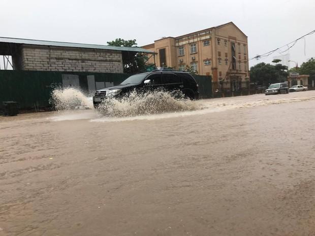 Ảnh hưởng của bão số 2: Hà Nội mưa lớn kéo dài, nhiều tuyến phố chìm trong biển nước - Ảnh 15.